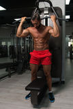 Мышечный человек делая тяжеловесную тренировку для задней части Стоковые Изображения RF