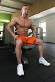 Мышечный человек отдыхая после тренировки Стоковые Фото