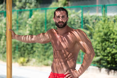 Мышечный человек отдыхая Outdoors стоковое изображение