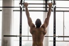 Мышечный человек поднимая вверх и вниз Стоковое Фото