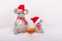 Мыши рождества с стеклом коньяка в снеге Стоковые Фото