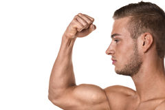 Мышца бицепса молодого человека стоковая фотография