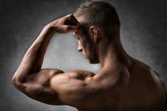 Мышца бицепса молодого человека стоковое фото rf