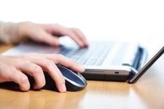 Мышь компьютера женской руки касающая Стоковое Изображение RF