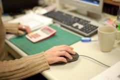 мышь компьютера используя женщину стоковые фотографии rf