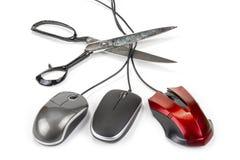 Мышь компьютера с кабелем с черной пропиткой и ножницами Отрежьте вне или беспроводная связь Стоковая Фотография RF