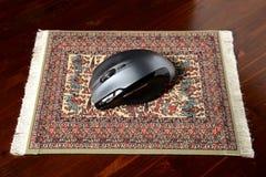 Мышь на реальной пусковой площадке ковра Стоковое фото RF