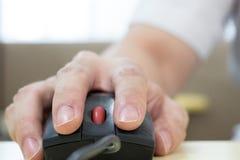мышь руки используя Стоковые Фото