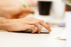 мышь удерживания руки компьютера Стоковое Изображение