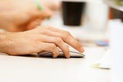 мышь удерживания руки компьютера Стоковые Фотографии RF