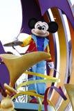 Мышь Mickey играет барабанчики на Диснейленде стоковое изображение