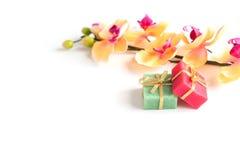 2 мыла и ветвь с яркими орхидеями цветков на верхней части Стоковое Фото