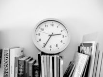 Мы всегда читаем книги до тех пор пока мы не будем забывать наблюдать время стоковые фотографии rf