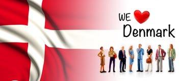 Мы любим Данию, представление группы людей a рядом с флагом Дании бесплатная иллюстрация
