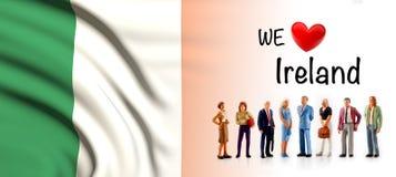 Мы любим Ирландию, представление группы людей a рядом с ирландским флагом иллюстрация штока