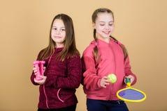 Мы любим спорт Ребенок мог первенствовать в совершенно другом спорте Друзья готовые для тренировки Пути помочь детям найти спорт стоковое фото rf