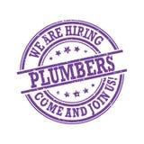 Мы нанимаем водопроводчиков Придите соединять нас! - фиолетовые штемпель/ярлык иллюстрация вектора