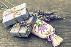 Мыло лаванды и надушенные саше с свежими цветками Стоковое фото RF