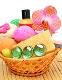 Мыло, гель, бомбы ванны, губки в корзине Стоковое Изображение