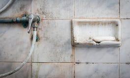 Мыло и клапан ливня в пакостной ванной комнате Стоковое Изображение RF