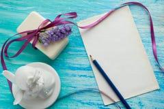Мыло модель-макета естественное органическое с цветками на деревянном столе Стоковые Изображения RF