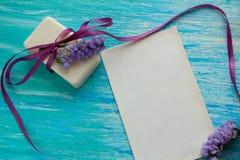Мыло модель-макета естественное органическое с цветками на деревянном столе Стоковые Изображения