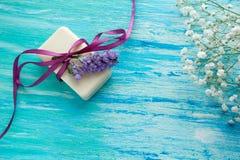 Мыло модель-макета естественное органическое с цветками на деревянном столе Стоковые Фотографии RF