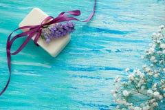 Мыло модель-макета естественное органическое с цветками на деревянном столе Стоковые Фото