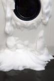 Мыло приходя вне от сломленной стиральной машины стоковая фотография