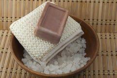 Мыло, соль моря в cleansers деревянных шара Стоковое Фото