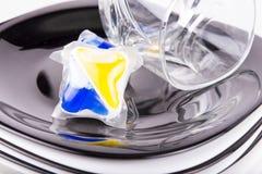 Мыло судомойки нескольких капсул с блюдом Стоковые Фото