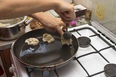 Мы распространили части теста в кипя масло в сковороде, pr стоковое фото rf
