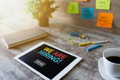 Мы слышим, занятость, рекрутство, концепция управления HR на экране прибора стоковое фото rf