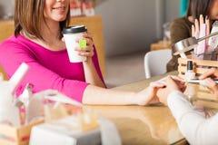 Мы служим пить на нашем салоне ногтя Стоковые Изображения