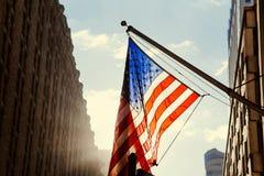 Мы флаг развевая в Манхэттене Стоковое Изображение