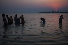 Мьянма - ванна утра внутри реки Irrawaddy стоковое изображение