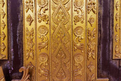 Мьянма высекая на золотой стене Стоковое фото RF