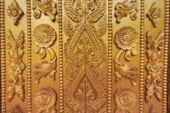 Мьянма высекая на золотой стене Стоковое Изображение
