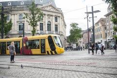 МЮЛУЗ - Франция - 9-ое июня 2017 - трамвайная линия бежать в ce города стоковые изображения