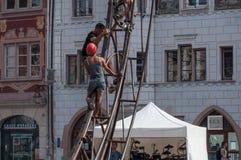МЮЛУЗ - Франция - 10-ое июля 2017 - работники команды весьма едут стоковые фотографии rf