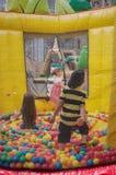 МЮЛУЗ - Франция - 28-ое мая 2017 - дети играя в раздувном стоковые изображения