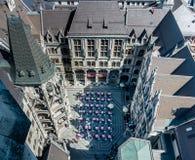 Мюнхен, ¼ MÃ nchen, вид с воздуха двора нового муниципалитета Neues Rathaus от верхней части, с рестораном стоковое фото