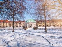 Мюнхен, Германия, взгляд зимы с снегом павильона Hofgarten круглого в барочном саде Небо пирофакела освещения солнечного дня голу стоковые фотографии rf