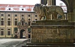 Мюнхен, Германия - взгляд зимы Odeonsplatz с palac Residenz Стоковое фото RF