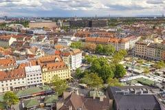 Мюнхен Германия, горизонт города на рынке Viktualien стоковая фотография