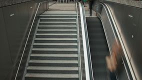 МЮНХЕН, ГЕРМАНИЯ - 28-ОЕ ИЮЛЯ 2019: Люди идут вниз с и вверх по лестницам и эскалатору видеоматериал