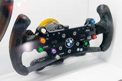 Мюнхен, Германия - 10-ое марта 2016: Деталь рулевого колеса автомобиля Формула-1 команды BMW Sauber в музее ранта BMW внутри Стоковое Изображение
