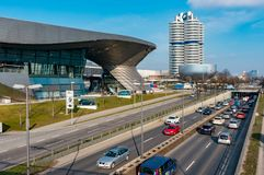 Мюнхен, Германия - 10-ое марта 2016: Ориентир ориентир Мюнхена башни BMW четырехцилиндровый который служит как мир размещает штаб Стоковая Фотография RF