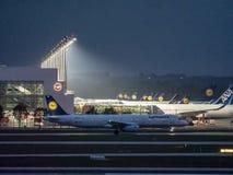 Мюнхен, Германия/Германия 5-ое мая 2019: Самолет Люфтганза на гудронированном шоссе - терминале 2 Мюнхена стоковое фото rf