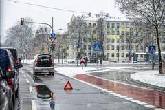 Мюнхен, Германия - 17-ое февраля 2018: Автомобиль имея нервное расстройство в шторме снега Стоковая Фотография RF